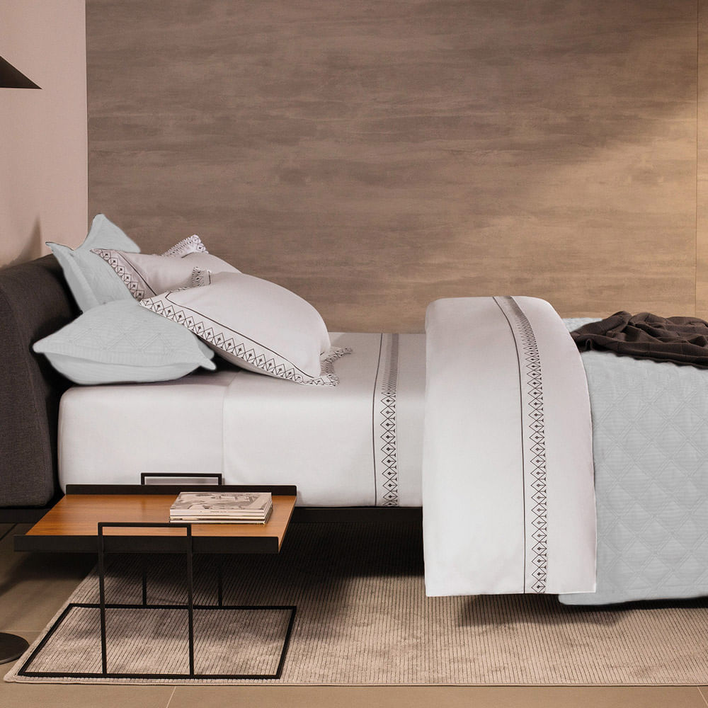 Colcha Queen 2.60x2.80m com Porta Travesseiro 59St Branco 803801 By The Bed